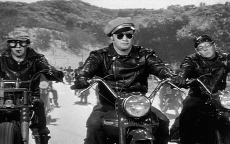 "Marlon Brando dans ""The Wild Ones""... Irréprochablement ""bad-boy""."